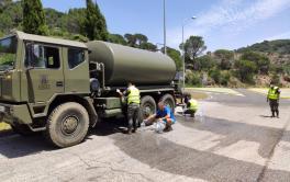 Emacsa se suma al operativo para llevar agua potable con un camión cisterna a la urbanización de Las Jaras